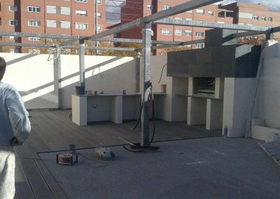 Barbacoa argentina en patio de edificio