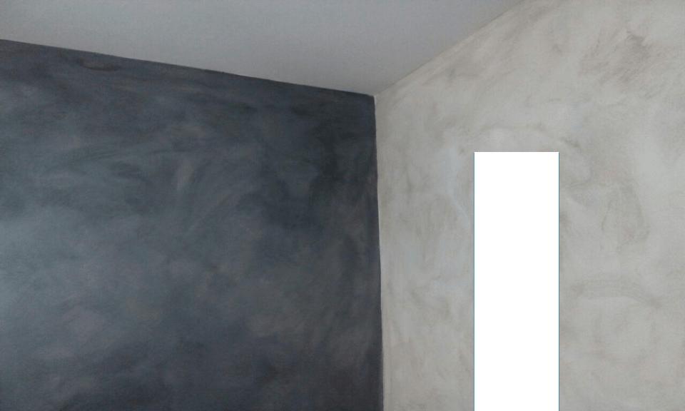Pintura blanca lisa en techo, frente con técnica en arena gris oscuro y lateral en arena gris claro