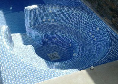 Jacuzzi adyacente y unido a piscina