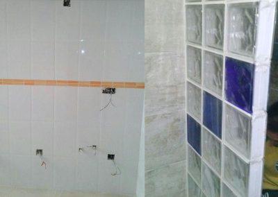 Alicatado, muro pavés en baño con material a dos colores