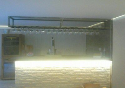 Barra bar realizada en obra, encimera y cuelga copas