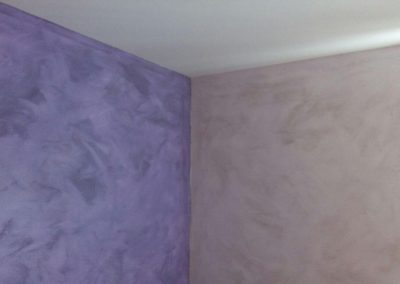 Pintura en arena, pared frontal morada y lateral en gris
