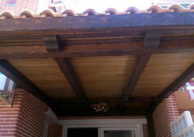 Porche con carpintería de madera, entrada a inmueble