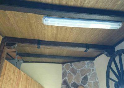 Entrada techada en madera de chalet, vigas y tejado