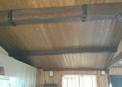 Entrada techada en madera de chalet