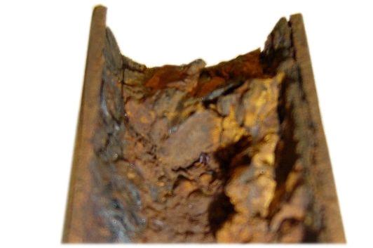 tubería deteriorada, con sedimentos y óxido